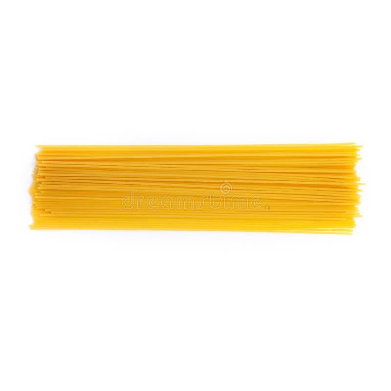 Spaghetti crus de pâtes d'isolement au-dessus du fond blanc photo libre de droits