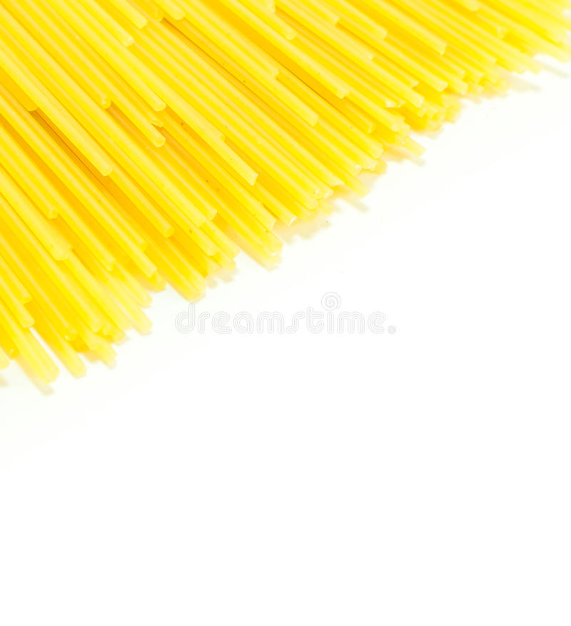 Spaghetti crus sur le fond blanc photos libres de droits