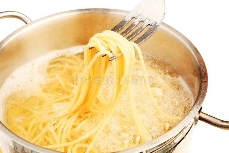 Spaghetti d'ebollizione fotografia stock