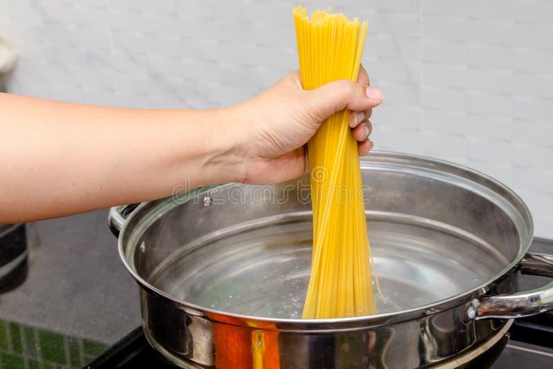 Spaghetti d'ebollizione fotografie stock