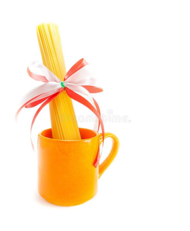 Spaghetti dans la tasse orange photographie stock libre de droits