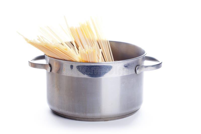 Spaghetti dans le carter image libre de droits