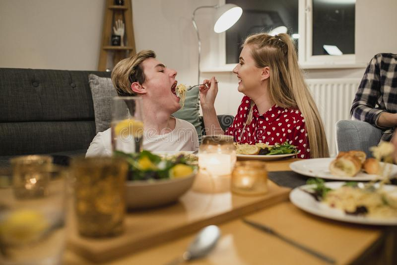 Spaghetti de alimentation d'associé au dîner photographie stock