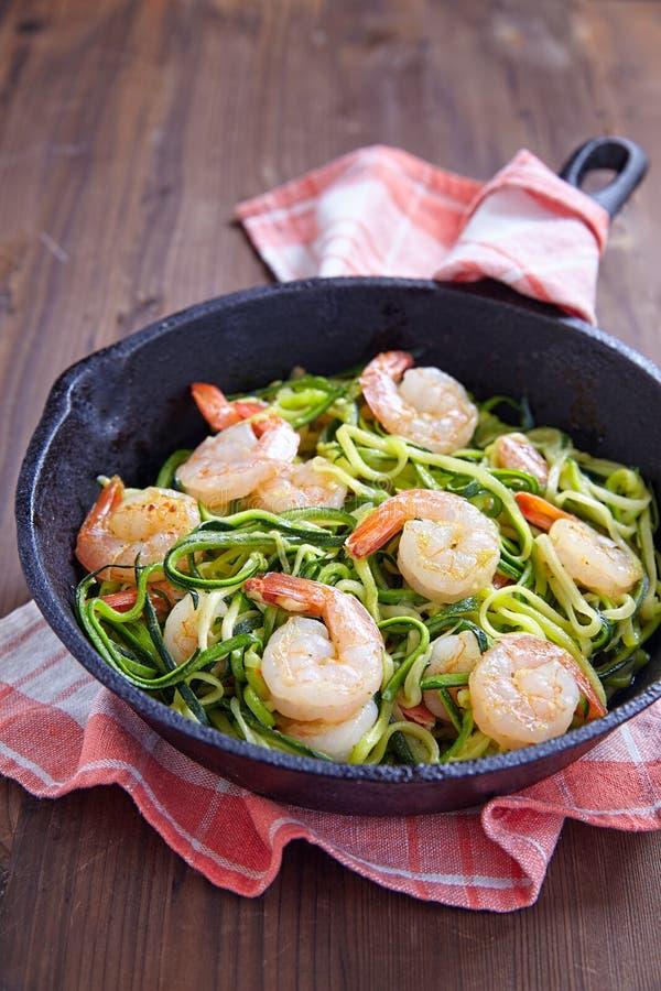Spaghetti de courgette avec la crevette image stock