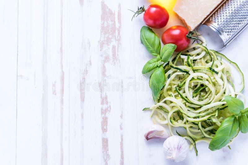 Spaghetti de courgette avec le parmesan et les herbes photographie stock libre de droits