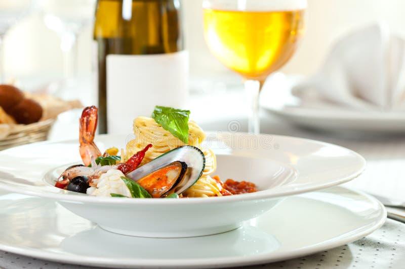 Download Spaghetti de fruits de mer image stock. Image du alcool - 45366057