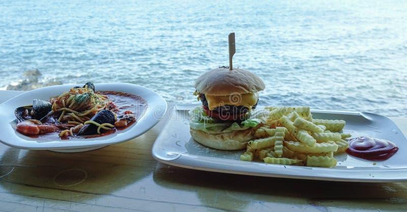 Spaghetti de fruits de mer avec l'hamburger de boeuf photo stock