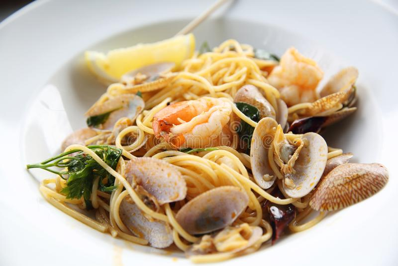Spaghetti de pâtes de fruits de mer avec les palourdes, crevettes roses dans la fin, nourriture italienne photographie stock