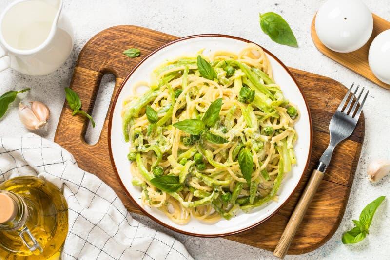 Spaghetti de p?tes avec la vue sup?rieure de courgette photos libres de droits