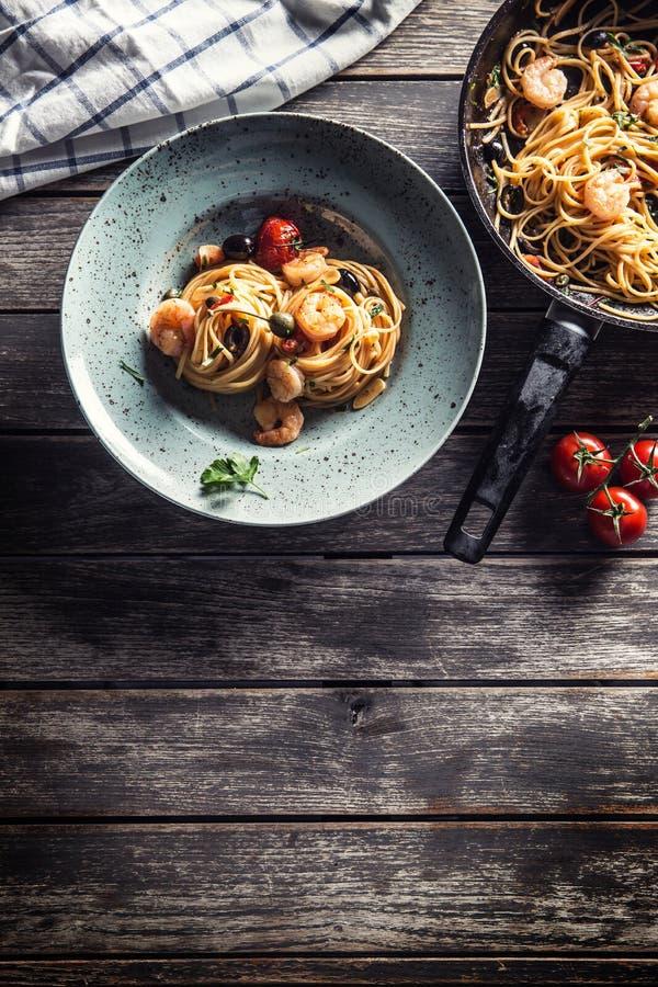 Spaghetti de p?tes de plat et de casserole avec des toatoes et des herbes de sauce tomate de crevette Cuisine italienne ou m?dite image libre de droits