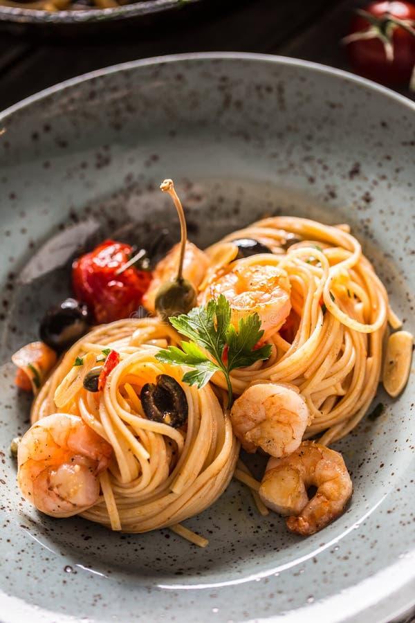Spaghetti de p?tes de plat et de casserole avec des toatoes et des herbes de sauce tomate de crevette Cuisine italienne ou m?dite image stock