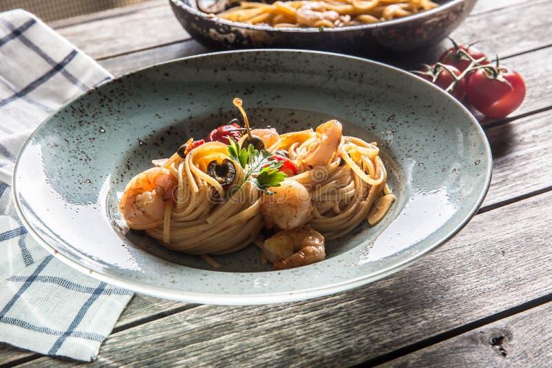 Spaghetti de p?tes de plat et de casserole avec des toatoes et des herbes de sauce tomate de crevette Cuisine italienne ou m?dite photographie stock