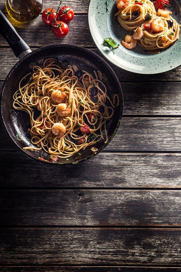 Spaghetti de p?tes de plat et de casserole avec des toatoes et des herbes de sauce tomate de crevette Cuisine italienne ou m?dite images libres de droits