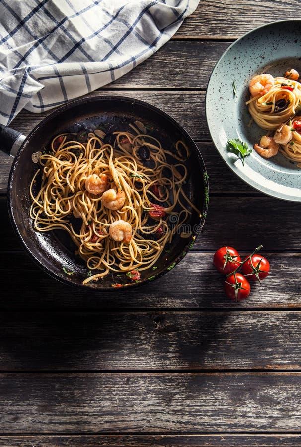 Spaghetti de p?tes de plat et de casserole avec des toatoes et des herbes de sauce tomate de crevette Cuisine italienne ou m?dite photographie stock libre de droits