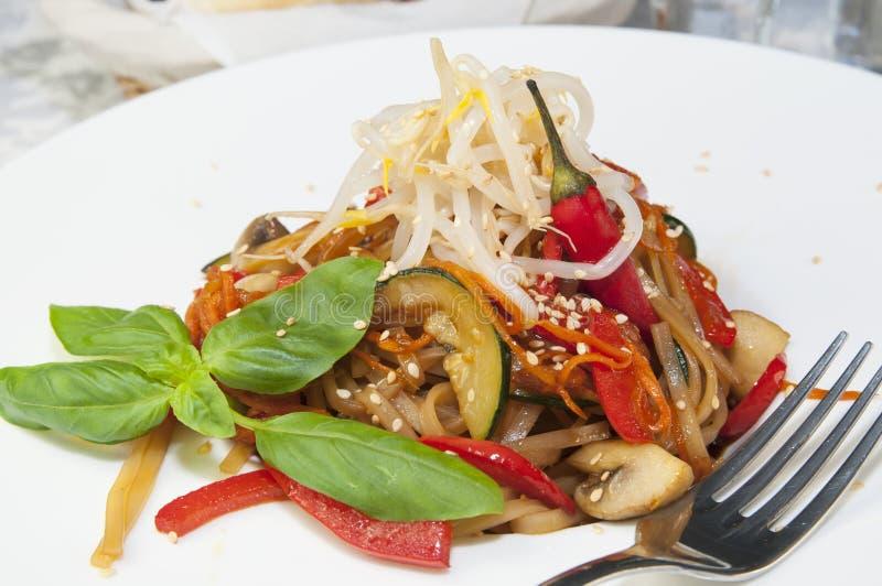Spaghetti del riso con le verdure fotografia stock libera da diritti