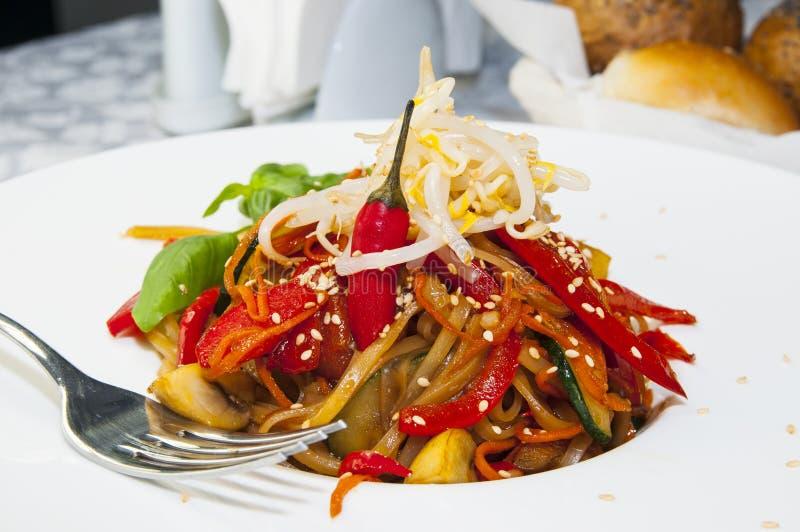 Spaghetti del riso con le verdure fotografia stock