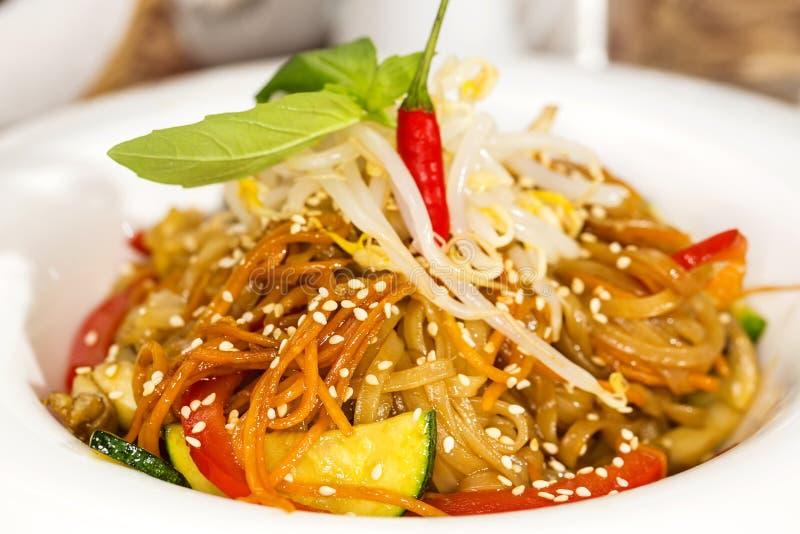 Spaghetti del riso con le verdure immagini stock libere da diritti