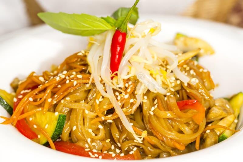Spaghetti del riso con le verdure immagine stock