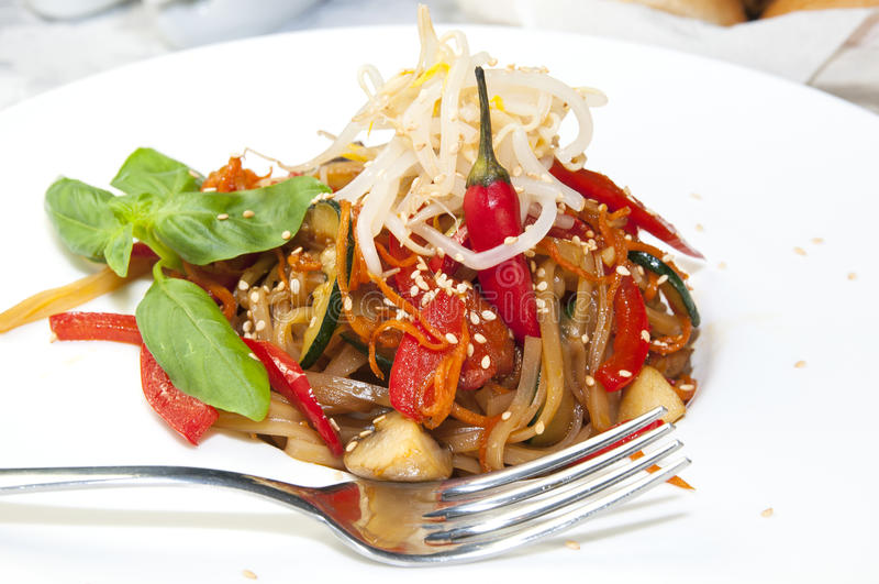 Spaghetti del riso con le verdure fotografie stock