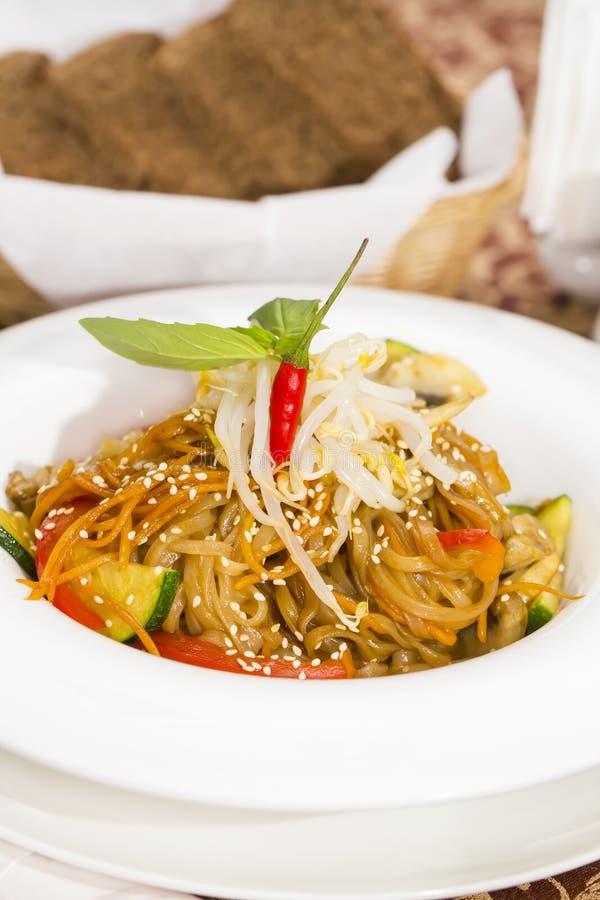 Spaghetti del riso con le verdure immagine stock libera da diritti