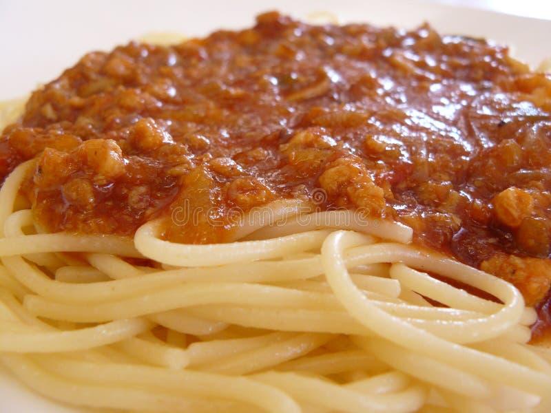 Spaghetti deliziosi con la salsa del pollo del pomodoro fotografia stock libera da diritti