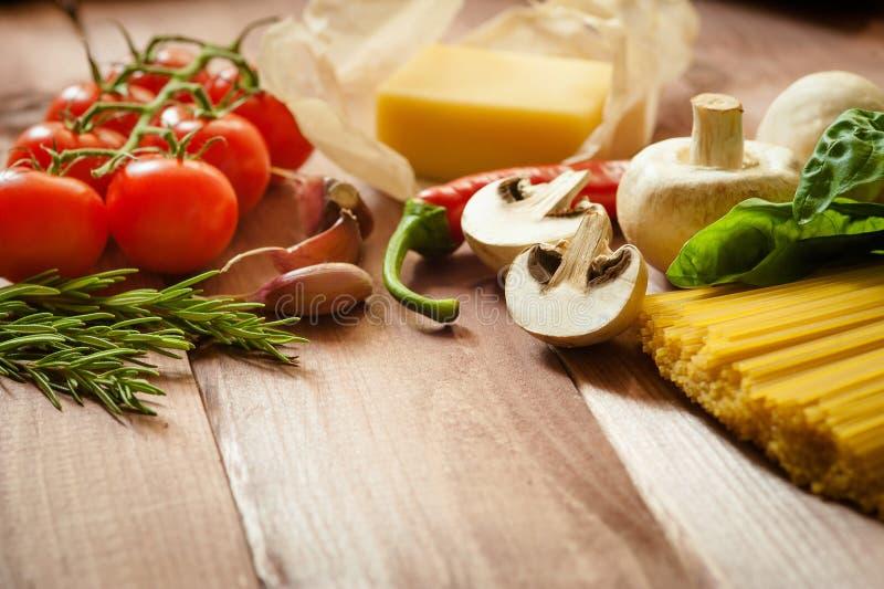 Spaghetti della pasta con i pomodori, il formaggio ed il basilico su fondo di legno rustico fotografia stock