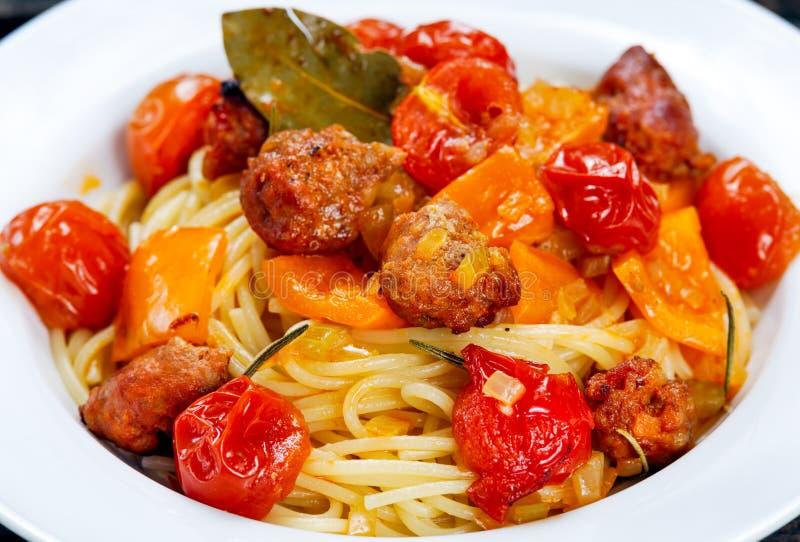 Spaghetti della pasta della salsiccia con le verdure di estate immagini stock libere da diritti