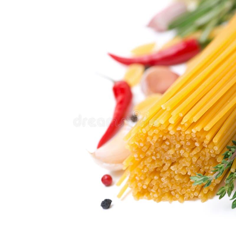 Spaghetti della pasta, spezie ed erbe italiani, fuoco selettivo fotografia stock