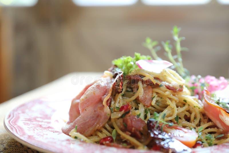 Spaghetti droog Spaanse pepers en bacon stock afbeelding