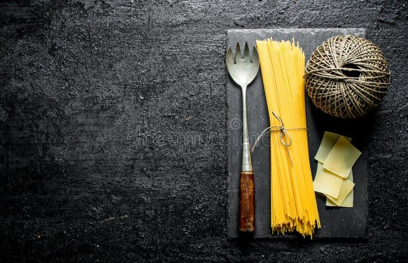 Spaghetti e lasagne al forno asciutti con cordicella e signora immagini stock libere da diritti