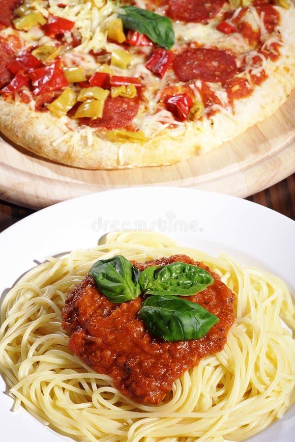 Spaghetti e pizza fotografie stock libere da diritti