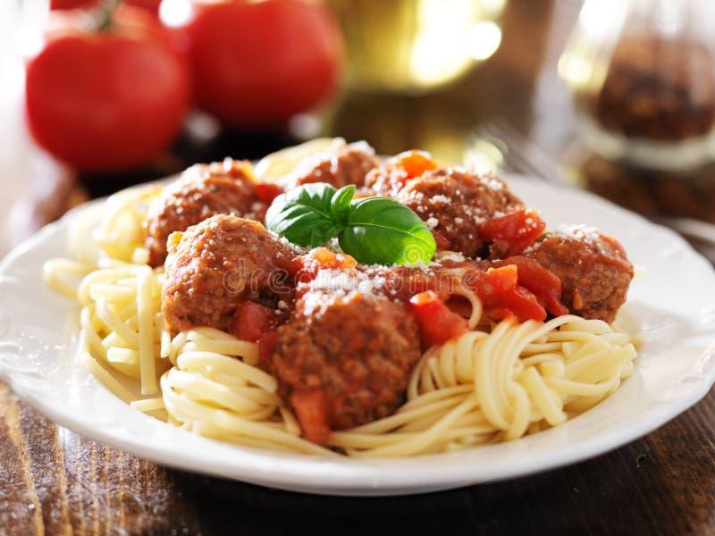 Spaghetti e polpette con il contorno del basilico immagini stock libere da diritti
