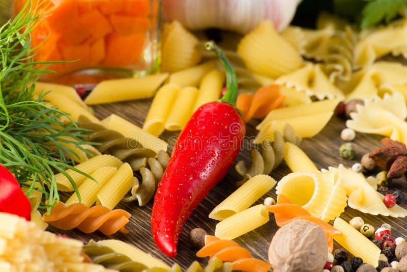 Spaghetti e verdure italiani immagine stock