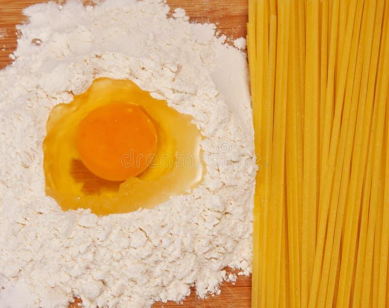 Spaghetti ed ingredienti immagine stock libera da diritti