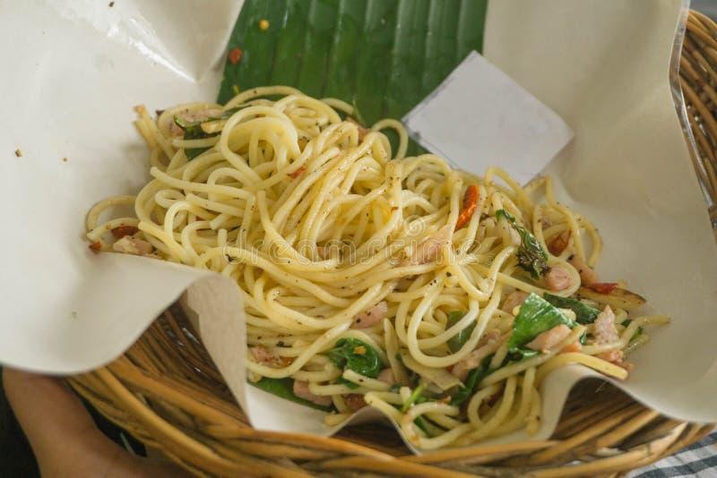 Spaghetti in een heerlijke mand stock afbeeldingen