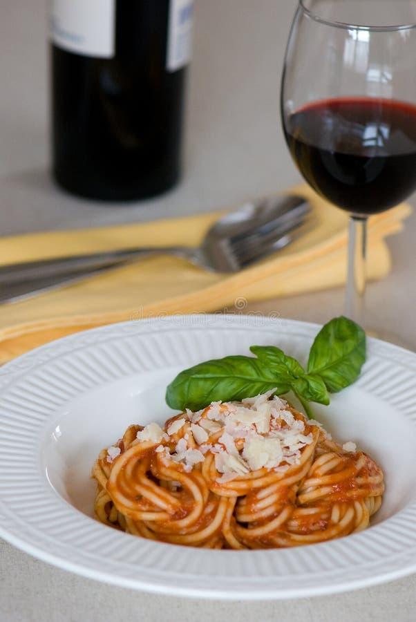 Spaghetti en wijn stock afbeelding