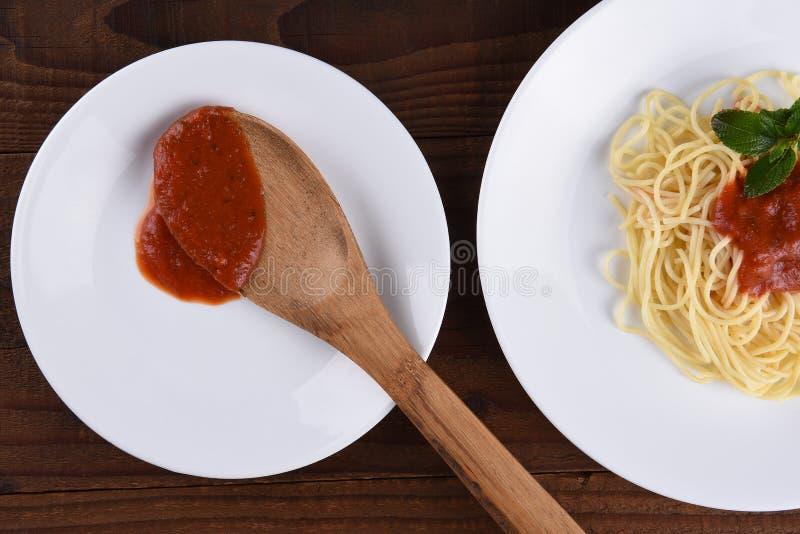 Spaghetti et sauce des plats blancs photos stock