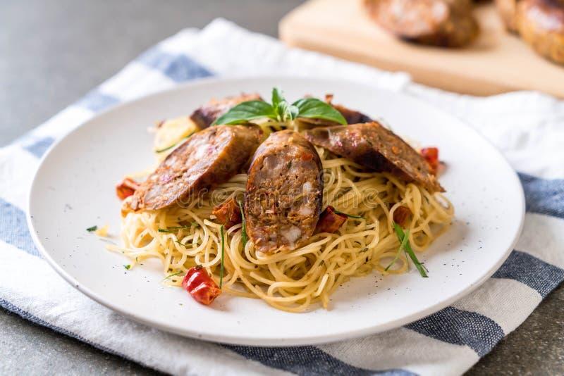 Spaghetti faits sauter à feu vif avec Sai Aua (saucisse épicée thaïlandaise de Notrhern) photographie stock libre de droits