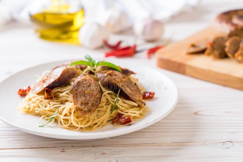 Spaghetti faits sauter à feu vif avec Sai Aua (saucisse épicée thaïlandaise de Notrhern) photos stock