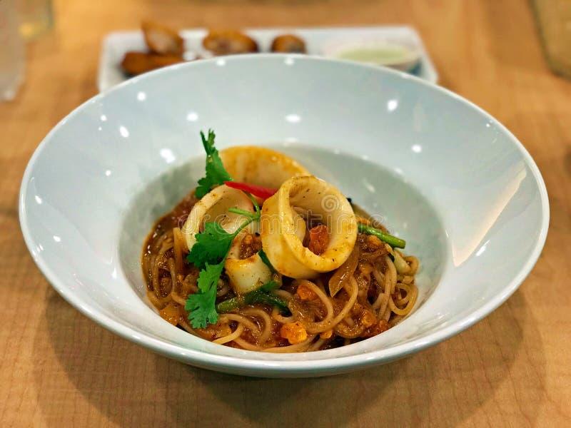 Spaghetti frits avec le calmar et l'oeuf salé image libre de droits