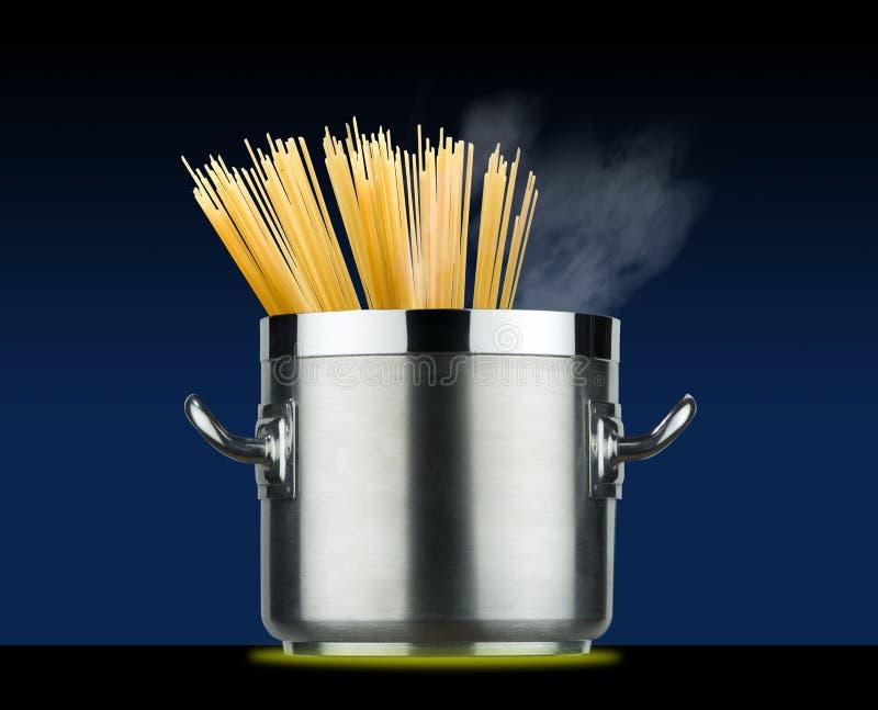 Spaghetti garnek na indukcja talerzu obrazy royalty free