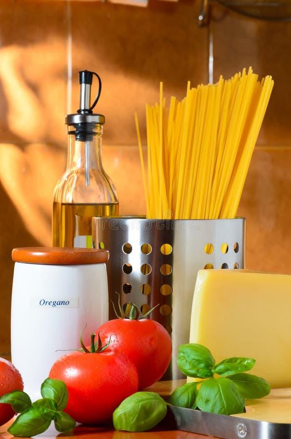 Spaghetti i pomidorów życie zdjęcia stock