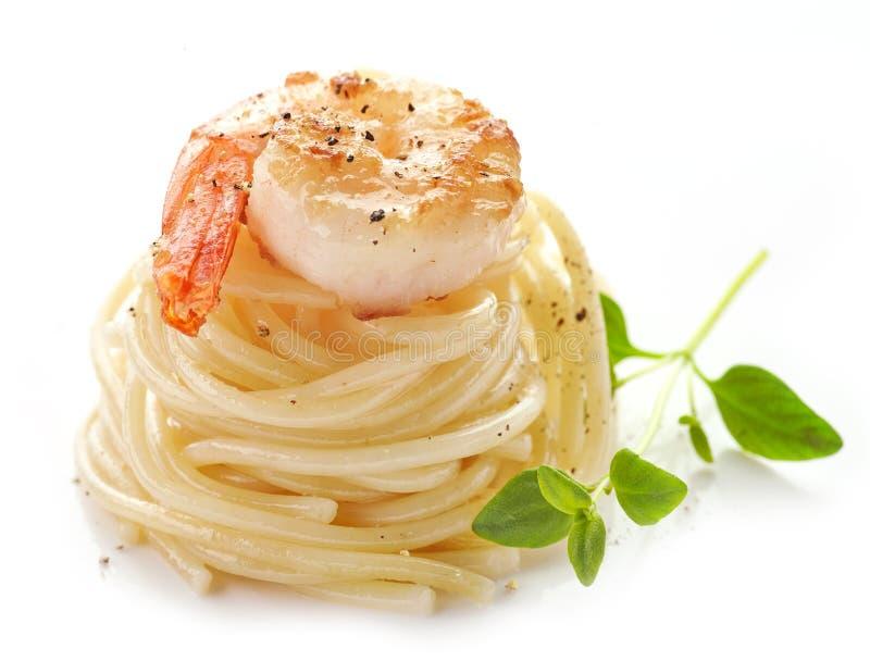Spaghetti i smażąca krewetka zdjęcia royalty free