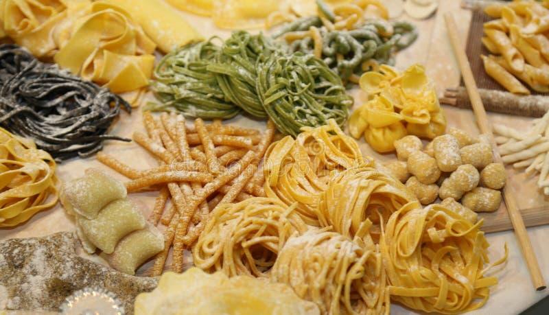 Spaghetti italiani casalinghi ed altro pasta fresca di dimensione immagini stock