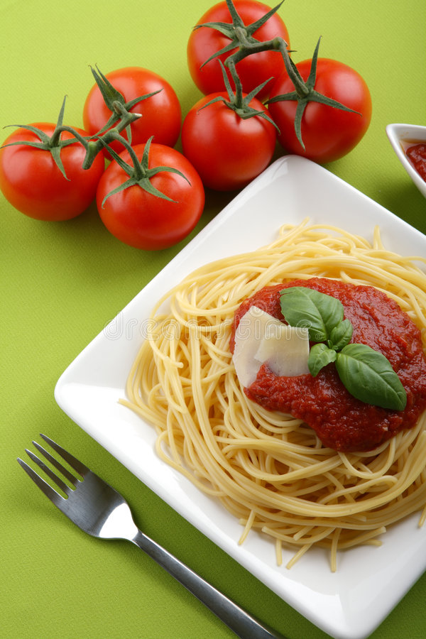 Spaghetti italiani con la salsa ed il parmigiano di pomodori. fotografia stock