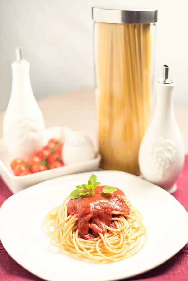 Spaghetti italiani con salsa al pomodoro fotografie stock libere da diritti