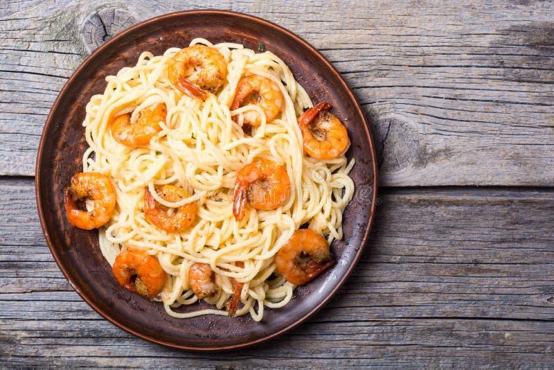 Spaghetti italiani della pasta con i gamberetti immagini stock
