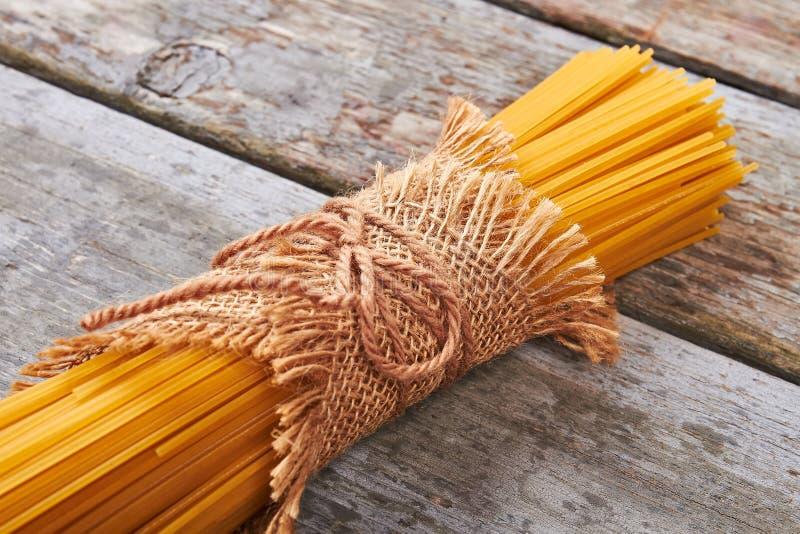 Spaghetti italiani legati con la corda immagini stock libere da diritti