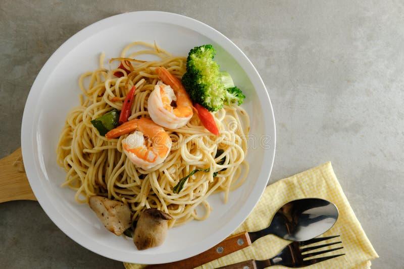 Spaghetti korzenny fertanie smażący z krewetką fotografia stock