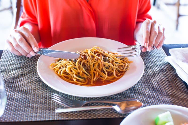 Spaghetti La Bolognese in de witte plaat royalty-vrije stock afbeeldingen